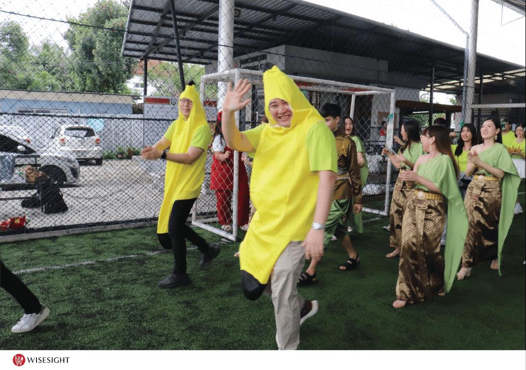 หนึ่งในคนที่ใส่ชุดกล้วยนี่คือผู้บริหารนะ